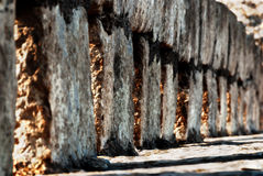 放出通过在墙壁的裂缝的阳光 免版税库存照片