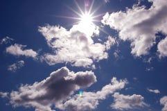 放出通过美丽的云彩的太阳 库存图片