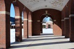 放出通过被成拱形的走廊的阳光 图库摄影