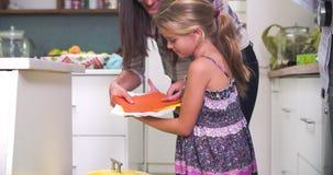 放回收的母亲和女儿入容器 股票录像