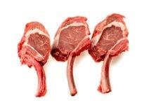 放在架子上的羊羔片断,未煮过和未加工 免版税库存照片