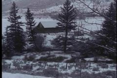 放大到被隔绝的原木小屋在多雪的区域 股票录像