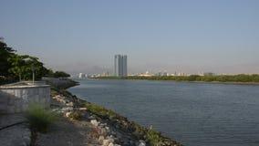 放大哈伊马角市在阿拉伯联合酋长国在下午末期在与酥脆清楚的蓝色coloure的Corniche 股票录像