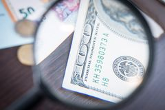 放大器集中于100美元钞票,欧元,美元, reminbi钞票 免版税库存图片