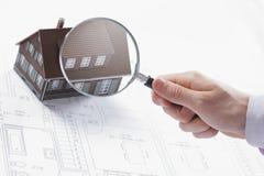 放大镜和房子。 免版税库存图片