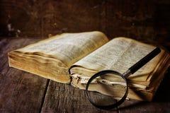 放大镜和旧书 免版税库存图片