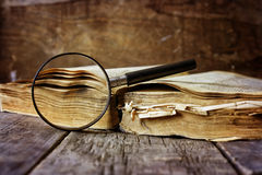 放大镜和旧书 图库摄影