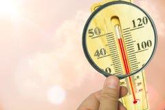 放大镜和温度计 高温概念 免版税库存图片