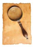 放大镜和老纸张 免版税库存照片