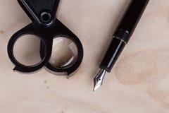 放大镜和钢笔 免版税库存照片