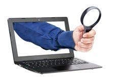 放大镜商人被隔绝的手膝上型计算机 库存图片