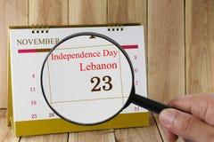 放大镜在日历您能在手中看独立D 免版税库存照片