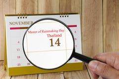 放大镜在日历您能在手中看雨大师  图库摄影