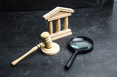 放大镜在法院大楼附近说谎 诉讼、判决和票据 立宪法院 人权阻碍,力量 库存照片