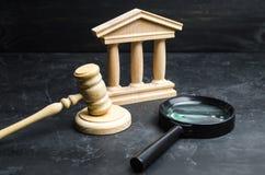 放大镜在法院大楼附近说谎 诉讼、判决和票据 立宪法院 人权阻碍,力量cont 免版税库存图片