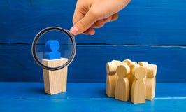 放大镜看从对的讲台的领导讲讲话人演讲人群  leade的企业概念 库存图片