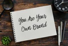 放大镜顶视图,植物、时钟、笔和笔记本写与您是您自己的品牌 免版税库存图片