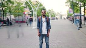 放大非裔美国人的学生身分时间间隔在街道的有背包的 股票视频