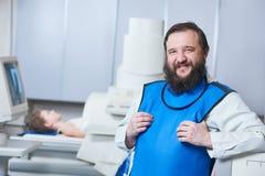 放射学专家画象 防护穿戴的微笑的男性放射学家 免版税库存图片