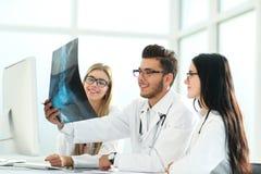 放射学家和他的同事谈论患者的X-射线 图库摄影
