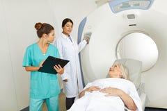 放射学家和护士有资深患者的MRI的 免版税库存照片