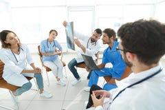 放射学家和谈论的外科医生患者的射线照相 免版税库存照片