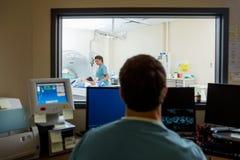 放射学家在CT扫描实验室 免版税库存照片