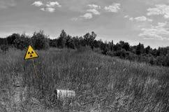 放射性污染的标志在Pripyat鬼城,切尔诺贝利` s ar附近的 库存照片
