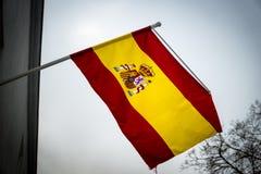 放弃在天空中的西班牙旗子 库存图片