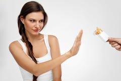 放弃抽烟的美丽的健康妇女,拒绝香烟 免版税库存照片