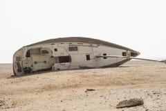 放弃航行游艇在沙漠 库存图片