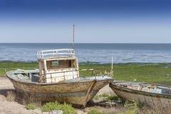 放弃钓鱼在海滩的拖网渔船 在豪迈特苏格的老船击毁,海湾突尼斯, 免版税库存图片