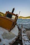 放弃钓鱼在海滩, Alonissos,希腊的拖网渔船 图库摄影