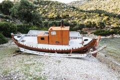 放弃钓鱼在海滩, Alonissos,希腊的拖网渔船 免版税库存图片