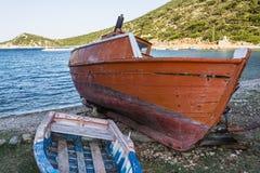 放弃钓鱼在海滩, Alonissos,希腊的拖网渔船 免版税图库摄影