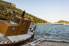 放弃钓鱼在海滩, Alonissos,希腊的拖网渔船 库存照片