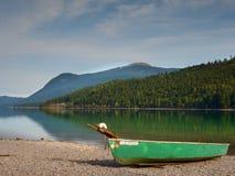 放弃钓鱼在Alps湖银行的明轮船  发光由阳光的Morning湖 库存照片