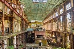 放弃,毁坏由战争和特克瓦尔切利能源厂长得太大的机械  免版税库存图片