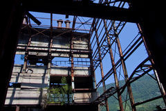 放弃,毁坏由战争和特克瓦尔切利能源厂长得太大的机械  库存图片