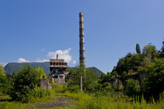 放弃,毁坏由战争和长得太大的特克瓦尔切利能源厂,阿布哈兹 免版税库存图片