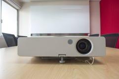 放映机介绍前面在桌上的在会议室 免版税库存照片
