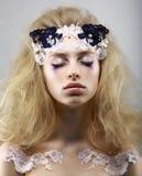 放松。有被绘的皮肤的被称呼的神秘金发碧眼的女人。与闭合的眼睛的梦想。秀丽 免版税图库摄影