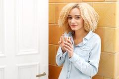 放松与一个杯子热的茶 免版税库存照片