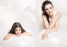 放松与一个逗人喜爱的女儿的镇静母亲 库存照片
