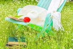 放松与一本书在开花的春天庭院里 库存照片