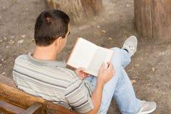 放松与书的偶然人 库存照片