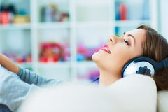 放松与听的音乐 15个妇女年轻人 库存图片