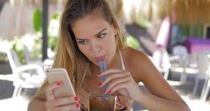 放松与在手段的电话的妇女 库存图片