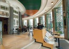 放松与在19世纪Bourla剧院里面古板的被设计的大厅的晚餐的人们在安特卫普 库存照片