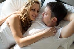 放松与她的丈夫的愉快的孕妇 库存图片